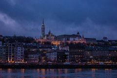 布达佩斯在多瑙河和城堡的夜都市风景在背景中 库存图片