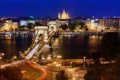 布达佩斯在多瑙河和铁锁式桥梁的夜视图 库存照片