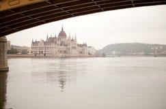 布达佩斯在多瑙河的议会大厦 库存照片
