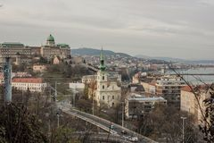 布达佩斯在多瑙河的都市风景下午有城堡的在背景中 库存照片