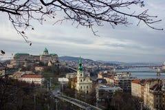 布达佩斯在多瑙河的都市风景下午有城堡的在背景中 图库摄影