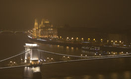 布达佩斯在夜、议会和多瑙河 库存图片