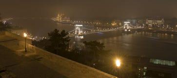 布达佩斯在夜、议会和多瑙河 免版税库存照片