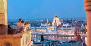 布达佩斯在夜、议会和阳台之前有tou的 库存照片