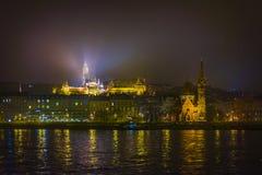 布达佩斯堤防在晚上 免版税库存图片