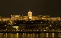 布达佩斯多瑙河风险长的晚上冬天 免版税库存图片