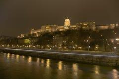 布达佩斯多瑙河风险长的晚上岸冬天 图库摄影