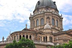 布达佩斯大教堂圆顶和雕塑的看法  免版税库存图片