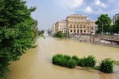 布达佩斯学院的溢出的多瑙河 免版税库存图片