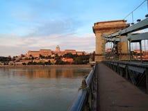 布达佩斯对布达佩斯塔的桥梁视图 免版税库存照片