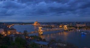 布达佩斯市,匈牙利全景微明的 免版税库存图片