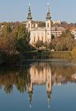 布达佩斯教会湖反映 库存照片