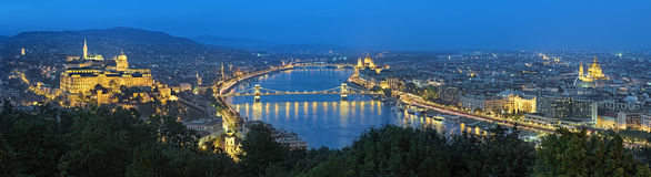 布达佩斯晚上全景,从Gellert小山,匈牙利的看法 库存照片