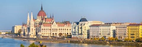 布达佩斯有匈牙利议会大厦和多瑙河的日落的,匈牙利地平线全景 库存照片