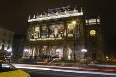 布达佩斯歌剧在与交通的晚上 库存照片
