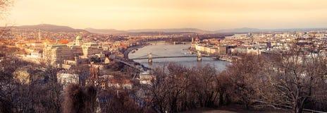 布达佩斯的全景图象有Buda城堡、铁锁式桥梁和议会大厦的在日落期间 免版税库存图片