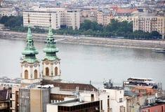 布达佩斯的都市风景图象在夏天 一部分的多瑙河,匈牙利议会大厦两家银行在背景中 库存图片
