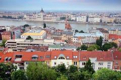 布达佩斯的都市风景图象在夏天 一部分的多瑙河,匈牙利议会大厦两家银行在背景中 图库摄影