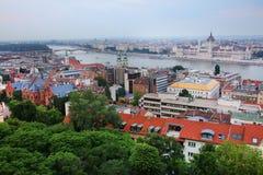 布达佩斯的都市风景图象在夏天 一部分的多瑙河,匈牙利议会大厦两家银行在背景中 免版税库存图片