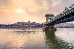 布达佩斯看法有多瑙河、宫殿和铁锁式桥梁的 图库摄影