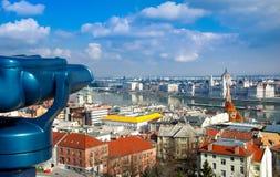 布达佩斯看法有多瑙河、宫殿和铁锁式桥梁的 免版税库存照片