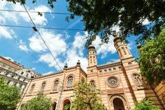 布达佩斯美丽的伟大的犹太教堂,反对天空背景 旅行在匈牙利 在布达佩斯市的暑假 最佳的游览  库存图片