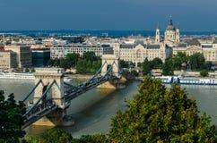 布达佩斯老市和多瑙河,铁锁式桥梁 库存图片