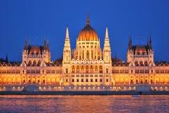 布达佩斯议会在晚上 免版税库存图片