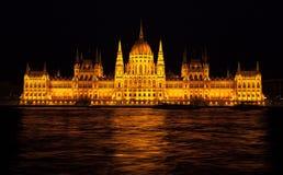 布达佩斯议会大厦与夜间照明的 库存图片