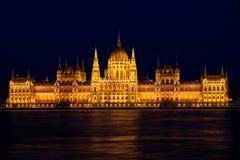 布达佩斯议会大厦在晚上 免版税图库摄影