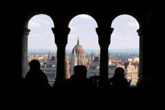 布达佩斯议会,从酒吧的看法在Buda 库存照片