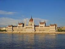 布达佩斯议会,横跨多瑙河的看法 免版税库存照片