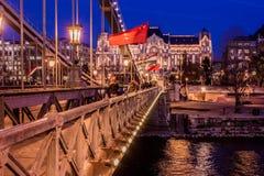 布达佩斯都市风景在晚上 在前面的铁锁式桥梁在多瑙河 库存图片