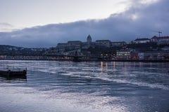 布达佩斯都市风景在晚上 在前面的铁锁式桥梁在有城堡的多瑙河在背景中 免版税库存照片
