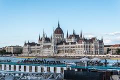布达佩斯都市风景有议会大厦的 库存图片