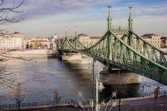 布达佩斯都市风景 在前面的铁锁式桥梁在多瑙河 免版税库存图片