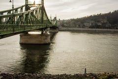 布达佩斯都市风景 在前面的铁锁式桥梁在多瑙河 图库摄影