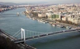布达佩斯都市风景 在前面的铁锁式桥梁在多瑙河 免版税库存照片