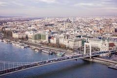 布达佩斯都市风景 在前面的铁锁式桥梁在多瑙河 免版税图库摄影