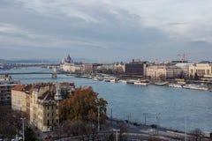 布达佩斯都市风景 在前面的铁锁式桥梁在多瑙河 库存照片
