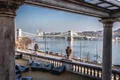 布达佩斯铁锁式桥梁和议会如被看见在多瑙河 库存照片