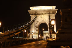布达佩斯铁锁式桥梁在晚上之前 免版税库存图片