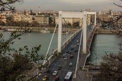 布达佩斯铁锁式桥梁美丽的街道在前面的在多瑙河 免版税库存照片