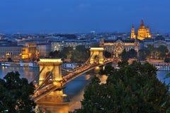 布达佩斯鸟瞰图在晚上 匈牙利地标: 库存照片