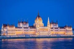 布达佩斯,匈牙利议会和多瑙河在夜之前在蓝色小时 库存照片