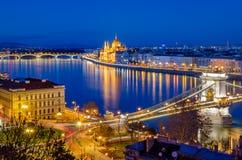 布达佩斯,匈牙利议会和多瑙河在蓝色小时 免版税库存照片
