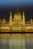 布达佩斯,匈牙利议会大厦在晚上 免版税库存图片