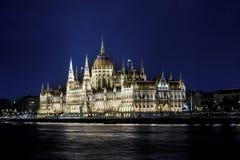 布达佩斯,匈牙利,议会大厦nightime视图沿Th的 免版税库存照片