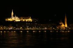 布达佩斯,匈牙利,马加什教堂在多瑙河夜期间 库存图片