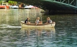 布达佩斯,匈牙利,2019年9月,13日-漫步乘在一个池塘的小船的家庭在Varolisget公园在布达佩斯 免版税库存图片